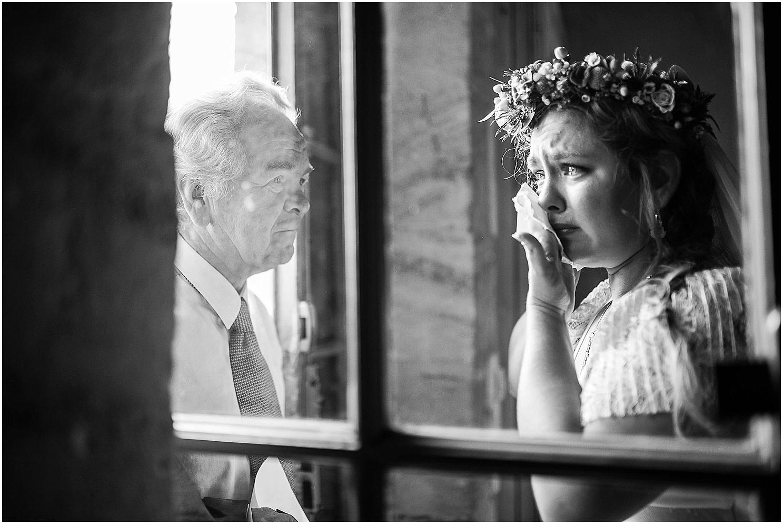 la mariée est emue de voir son père au chateau de mouchac