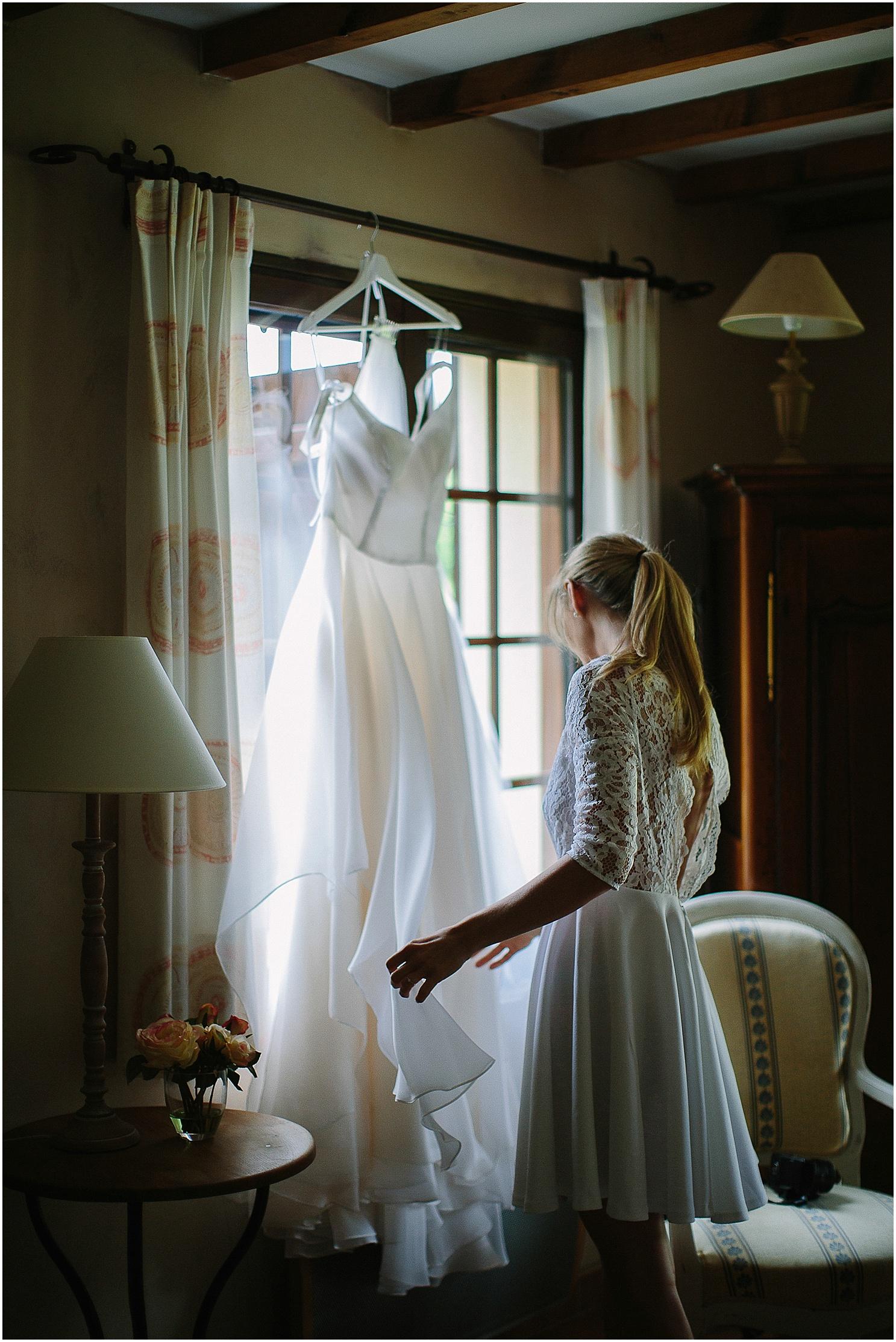 la mariée et sa robe au domaine de petiosse
