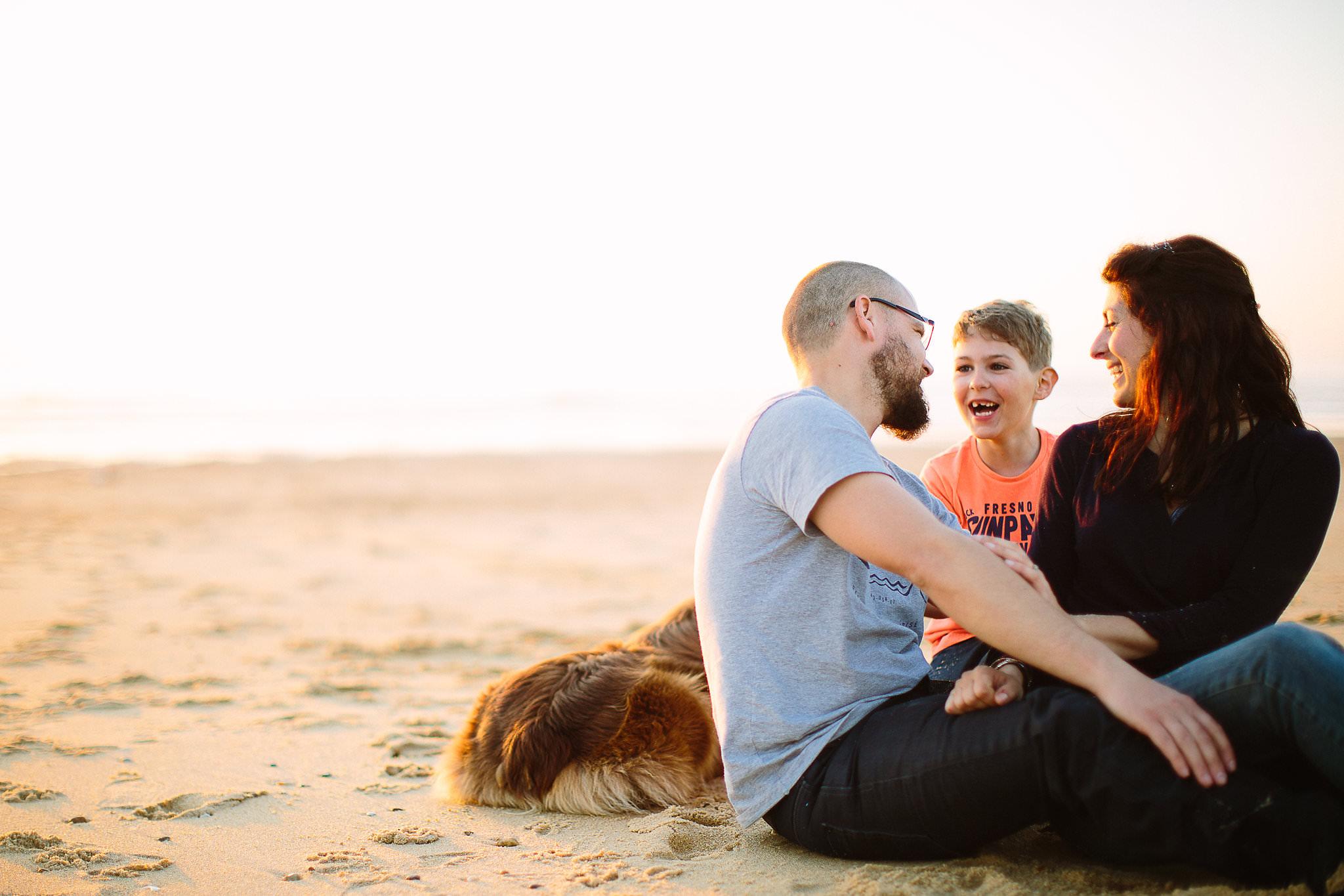 une famillle a la plage avec claire saucaz photographe