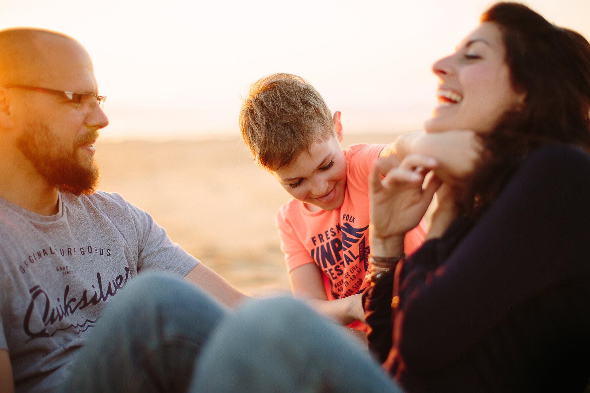 famille a la plage par claire saucaz photographe