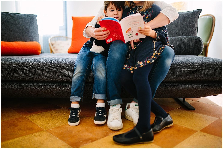 lecture avec les enfants dans le medoc par claire saucaz photographe